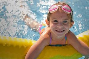 Kind mit Schwimmnudel